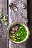 Sahnesuppe von grünen Erbsen lizenzfreies stockfoto