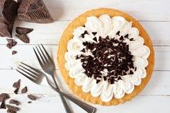 Sahnetorte der Schokolade, Draufsichtszene auf weißem Holz lizenzfreie stockfotos