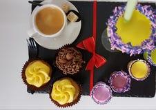 Sahnige Creme des Muffinplätzchen-Bäckers essen süßes Getränkgetränk Stockfotografie