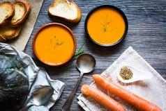 Sahnige köstliche Kürbis-Suppe des strengen Vegetariers Lizenzfreie Stockbilder