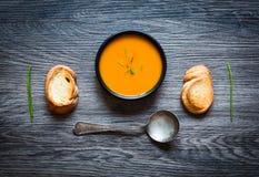 Sahnige köstliche Kürbis-Suppe des strengen Vegetariers Lizenzfreie Stockfotos