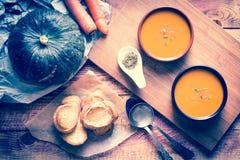 Sahnige köstliche Kürbis-Suppe des strengen Vegetariers Stockfotos