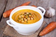 Sahnige Karottensuppe mit Kichererbsen Lizenzfreie Stockfotos