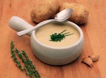 Sahnige Kartoffel- und Zwiebelsuppe Lizenzfreie Stockfotos