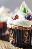 Sahnige kleine Kuchen mit Farbtropfen Lizenzfreies Stockfoto