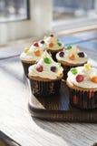 Sahnige kleine Kuchen mit Farbtropfen Lizenzfreies Stockbild