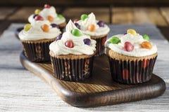 Sahnige kleine Kuchen mit Farbtropfen Lizenzfreie Stockfotos