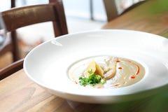 Sahnige Porreesuppe mit Birnen- und Parmesankäseparmesankäse stockfoto