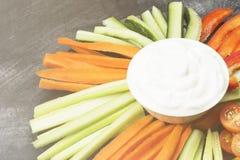 Sahnige Soße in der weißen Schüssel und in den verschiedenen Gemüsetomaten, Wechselstrom Lizenzfreie Stockfotos
