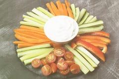 Sahnige Soße in der weißen Schüssel und in den verschiedenen Gemüsetomaten, Wechselstrom Stockfotos
