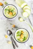 Sahnige Suppe der Zucchini stockfotos