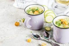 Sahnige Suppe der Zucchini lizenzfreie stockbilder