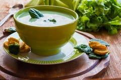 Sahnige Suppe des Brokkolis Stockbild