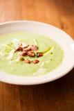 Sahnige Suppe gemacht mit Topinambur lizenzfreie stockfotos
