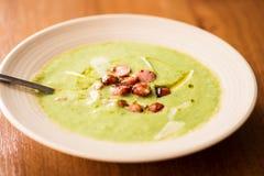 Sahnige Suppe gemacht mit Topinambur lizenzfreies stockfoto