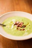Sahnige Suppe gemacht mit Topinambur stockbilder