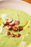Sahnige Suppe gemacht mit Topinambur lizenzfreie stockbilder