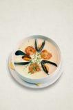 Sahnige Suppe mit essbaren Meerestieren Garnele, Miesmuscheln stockbild