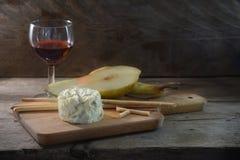 Sahniger blauer stilton Käse, Portwein, Birne und einige Nagen stic lizenzfreies stockfoto