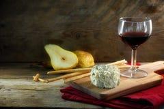 Sahniger blauer stilton Käse, Portwein, Birnen und irgendein Crackerst. stockfotos