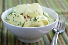 Sahniger deutscher Kartoffel-Salat Lizenzfreies Stockfoto