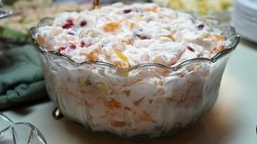 Sahniger Fruchtsalat lizenzfreies stockfoto