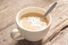 Sahniger Kaffee auf hölzerner Tabelle Lizenzfreie Stockbilder