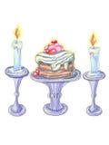 Sahniger Kuchen und hohe Kerzen auf den speziellen Ständen Stockbilder