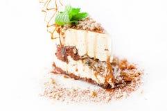 Sahniger Kuchen verziert mit Walnusskaramel Lizenzfreie Stockbilder