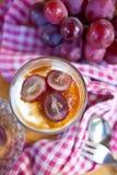 Sahniger Nachtisch mit roten Trauben Lizenzfreies Stockbild