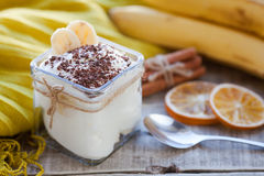 Sahniger Pudding mit Banane, Schokolade und Zimt zum Frühstück Stockfotos