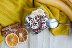 Sahniger Pudding mit einer Banane, einer Schokolade und einem Zimt auf einem Marmorhintergrund lizenzfreie stockfotografie