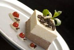 Sahniges Geleekremeis, pannacotta auf einer weißen Porzellanplatte, verziert mit Minze und roter Johannisbeere stockfotos