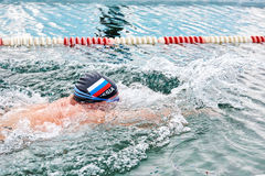 SAHYURTA,伊尔库次克地区,俄罗斯- 3月11 2017年:杯贝加尔湖 冬天游泳竞争 喘息机会 库存图片