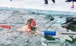SAHYURTA,伊尔库次克地区,俄罗斯- 3月11 2017年:杯贝加尔湖 冬天游泳竞争 喘息机会 免版税库存照片