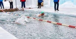 SAHYURTA,伊尔库次克地区,俄罗斯- 3月11 2017年:杯贝加尔湖 冬天游泳竞争 喘息机会 免版税图库摄影