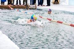 SAHYURTA,伊尔库次克地区,俄罗斯- 3月11 2017年:杯贝加尔湖 冬天游泳竞争 免版税图库摄影