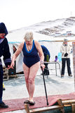 SAHYURTA,伊尔库次克地区,俄罗斯- 3月11 2017年:杯贝加尔湖 冬天游泳竞争 免版税库存图片