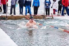 SAHYURTA,伊尔库次克地区,俄罗斯- 3月11 2017年:杯贝加尔湖 冬天游泳竞争 免版税库存照片