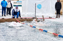 SAHYURTA,伊尔库次克地区,俄罗斯- 3月11 2017年:杯贝加尔湖 冬天游泳竞争 图库摄影