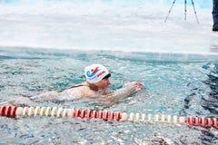 SAHYURTA,伊尔库次克地区,俄罗斯- 3月11 2017年:杯贝加尔湖 冬天游泳竞争 库存照片