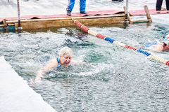 SAHYURTA,伊尔库次克地区,俄罗斯- 3月11 2017年:杯贝加尔湖 冬天游泳竞争 库存图片
