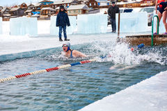 SAHYURTA,伊尔库次克地区,俄罗斯- 3月11 2017年:杯贝加尔湖 冬天游泳 蝴蝶 妇女 库存照片