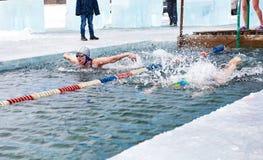 SAHYURTA,伊尔库次克地区,俄罗斯- 3月11 2017年:杯贝加尔湖 冬天游泳 蝴蝶 妇女 免版税图库摄影