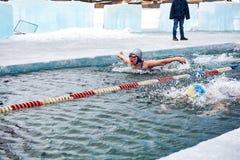 SAHYURTA,伊尔库次克地区,俄罗斯- 3月11 2017年:杯贝加尔湖 冬天游泳 蝴蝶 妇女 免版税库存图片