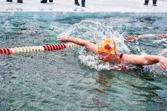 SAHYURTA,伊尔库次克地区,俄罗斯- 3月11 2017年:杯贝加尔湖 冬天游泳 蝴蝶 妇女 免版税库存照片