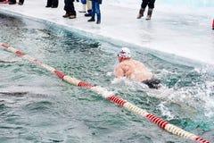 SAHYURTA,伊尔库次克地区,俄罗斯- 3月11 2017年:杯贝加尔湖 冬天游泳 蝴蝶 免版税库存照片
