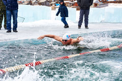 SAHYURTA,伊尔库次克地区,俄罗斯- 3月11 2017年:杯贝加尔湖 冬天游泳 蝴蝶 图库摄影