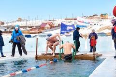 SAHYURTA, ΠΕΡΙΟΧΗ του ΙΡΚΟΥΤΣΚ, της ΡΩΣΙΑΣ - 11 Μαρτίου 2017: Φλυτζάνι Baikal Χειμερινή κολύμβηση Πεταλούδα 25 μέτρα Άτομα Στοκ εικόνες με δικαίωμα ελεύθερης χρήσης