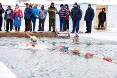 SAHYURTA, ΠΕΡΙΟΧΗ του ΙΡΚΟΥΤΣΚ, της ΡΩΣΙΑΣ - 11 Μαρτίου 2017: Φλυτζάνι Baikal Ανταγωνισμοί χειμερινής κολύμβησης Στοκ εικόνες με δικαίωμα ελεύθερης χρήσης
